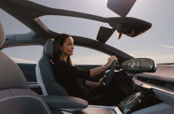 该公司正式宣布其豪华电动轿车将于本周末首次交付